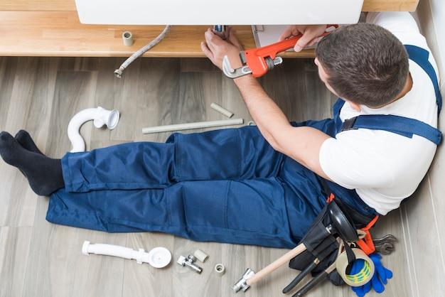 Peneira de montagem do trabalhador no banheiro Foto Premium
