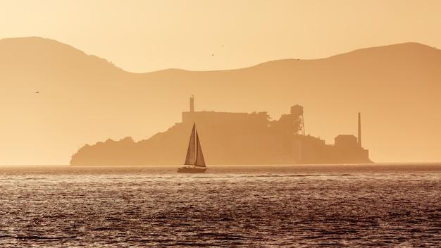 Penitenciária da ilha de alcatraz no backlight do sol em san francisco Foto Premium