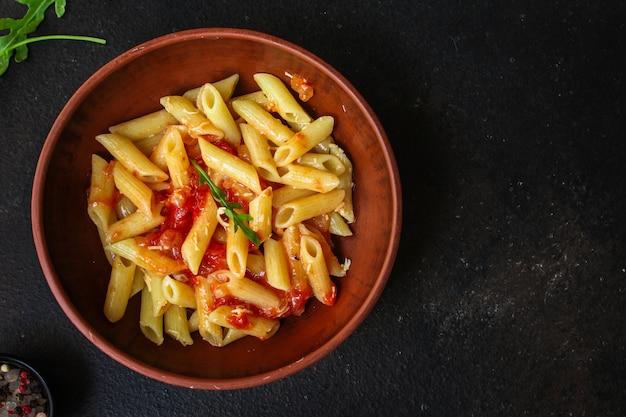 Penne de macarrão e molho de tomate Foto Premium