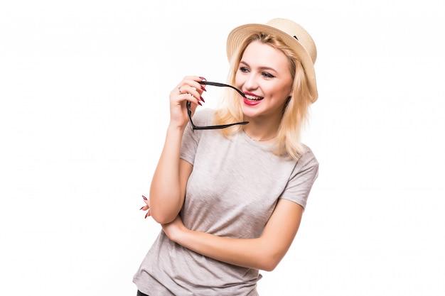 Pensando bela jovem de chapéu e óculos transperent Foto gratuita