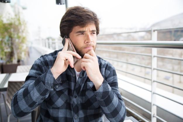 Pensativo, focalizado, homem jovem, pensando, difícil Foto gratuita