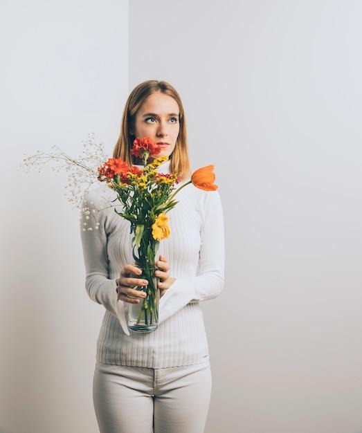 Pensativo, mulher, com, flores, em, vaso Foto gratuita