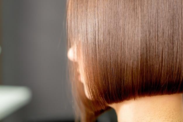 Pentear o cabelo da mulher Foto Premium