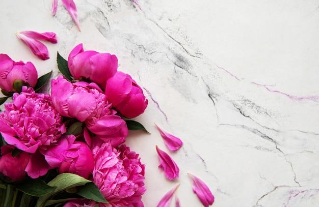 Peônias rosa em um fundo de mármore Foto Premium