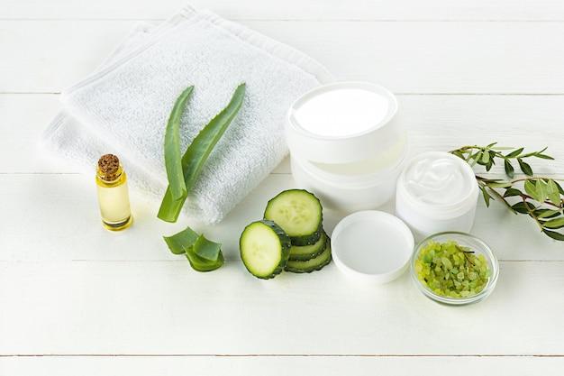 Pepino e aloe creme cosmético para rosto, pele e corpo cuidados higiene loção umidade Foto gratuita