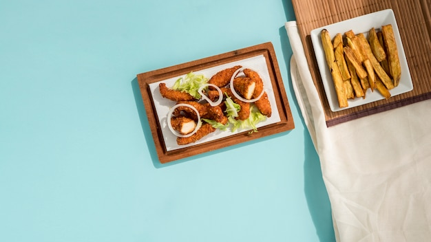 Pepitas fritas com hortaliças e batatas fatiadas Foto gratuita