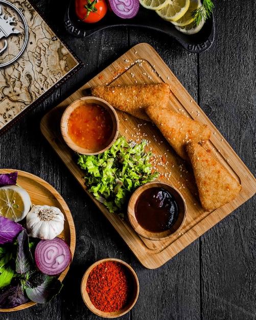 Pepitas servidas com molho de pimentão doce e molho de churrasco Foto gratuita