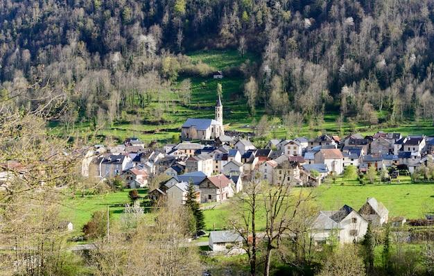 Pequena aldeia de montanha nos pirinéus franceses Foto Premium