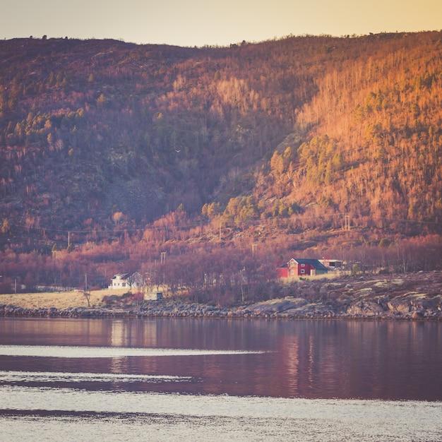 Pequena aldeia na base de uma montanha. Foto Premium