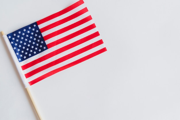 Pequena bandeira americana na mesa Foto gratuita