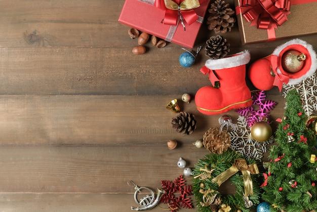 Pequena bota de papai noel com decorações e caixas de presente em madeira Foto Premium