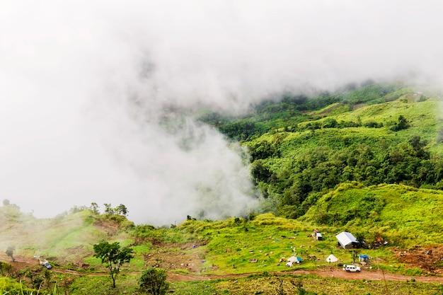 Pequena casa no sopé da montanha na névoa da manhã. Foto Premium