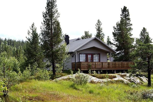 Pequena casa particular na floresta em tuddal gaustatoppen, noruega Foto gratuita