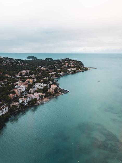 Pequena cidade localizada na costa do mar Foto gratuita