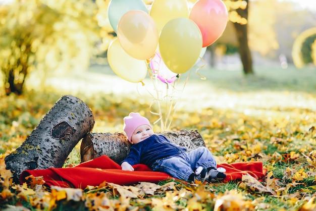 Pequena criança em um parque Foto gratuita