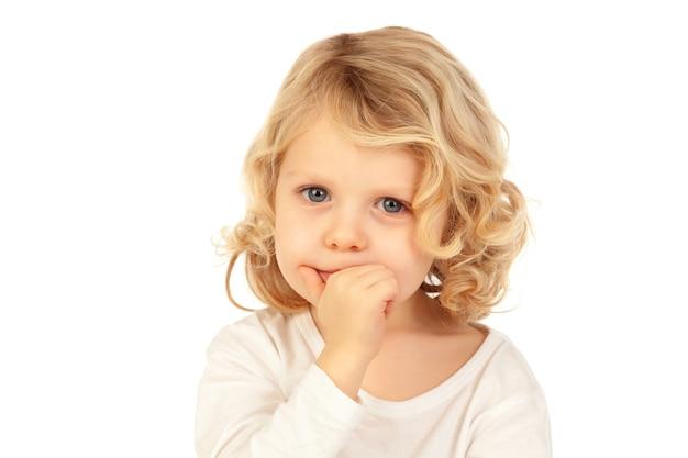 Pequena criança loira bitting suas unhas Foto Premium