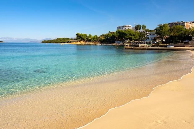 Pequena e bonita baía com praia de areia. Foto Premium