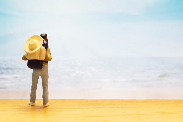 Pequena figura de viajante para o dia mundial do turismo Foto gratuita