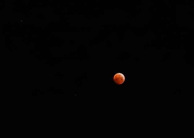 Pequena lua vermelha depois do eclipse lunar Foto Premium