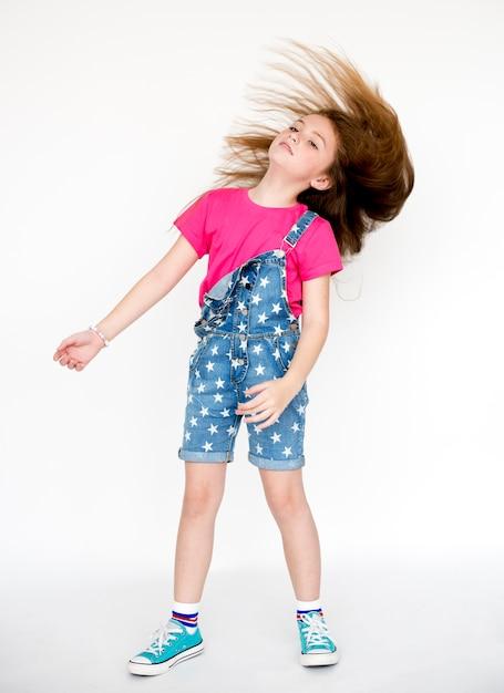 Pequena menina confiança auto-estima cabelo chicote cabeça batendo retrato de estúdio Foto Premium