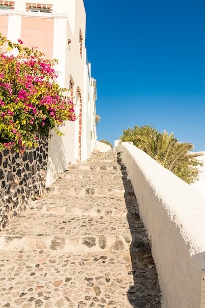 Pequena rua típica em santorini, na grécia, em cyclades Foto Premium