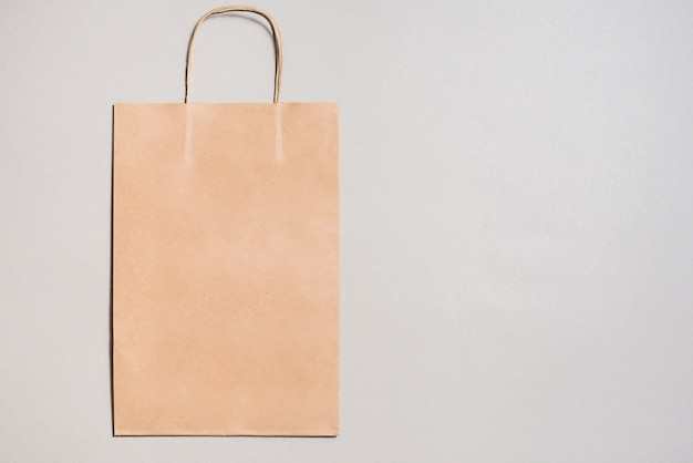 Pequena sacola de compras de papel ofício Foto gratuita