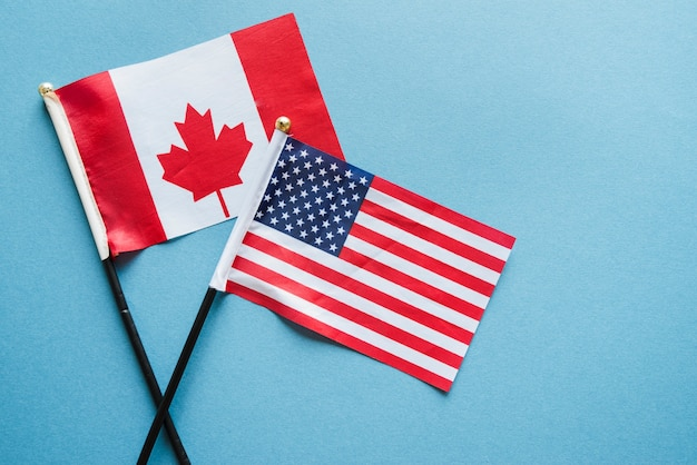 Pequenas bandeiras na superfície da luz Foto gratuita