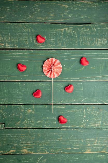 Pequenas corações na mesa de madeira verde Foto gratuita