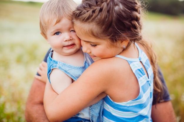 Pequenas crianças se abraçam concurso Foto gratuita
