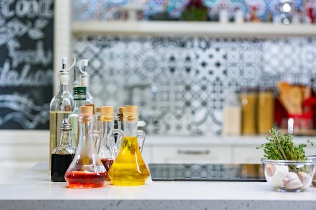 Pequenas garrafas de azeite com sabor e vinagre balsâmico na cozinha copie o espaço. Foto Premium