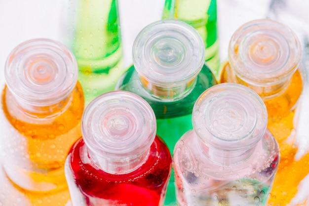 Pequenas garrafas plásticas coloridas de shampoo Foto Premium