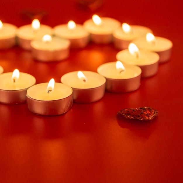Pequenas velas com coração na mesa Foto gratuita