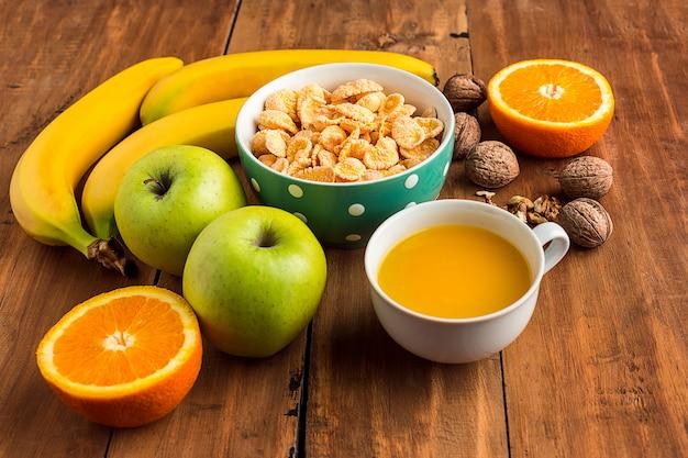 Pequeno-almoço caseiro saudável de muesli, maçãs, frutas frescas e nozes Foto gratuita
