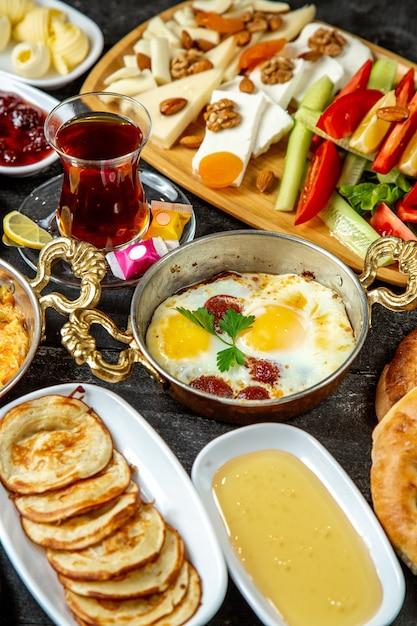 Pequeno-almoço conjunto ovo com salsichas vista lateral Foto gratuita