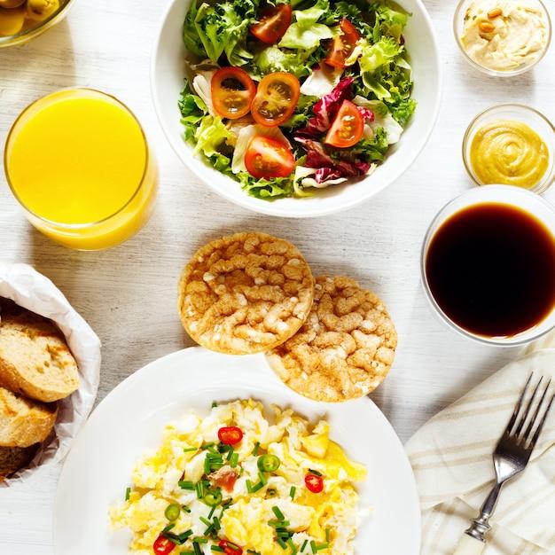 Pequeno-almoço continental fresco. comida saudável. Foto Premium