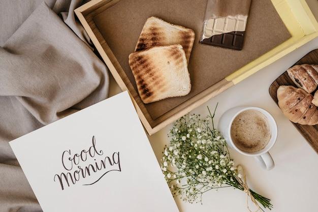 Pequeno-almoço romântico e modelo Foto gratuita