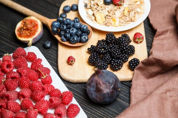 Pequeno-almoço saudável com cereais e frutas. Foto Premium