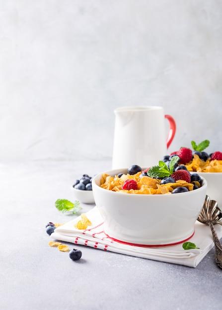 Pequeno-almoço saudável com flocos de milho e bagas Foto Premium
