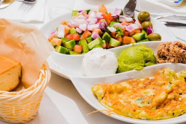 Pequeno-almoço saudável com legumes Foto gratuita