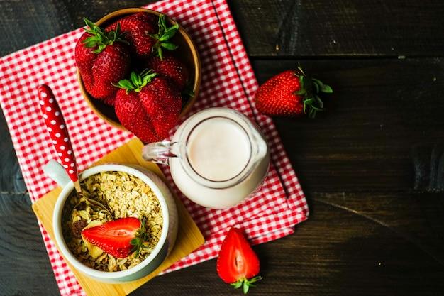 Pequeno-almoço saudável com morangos Foto Premium