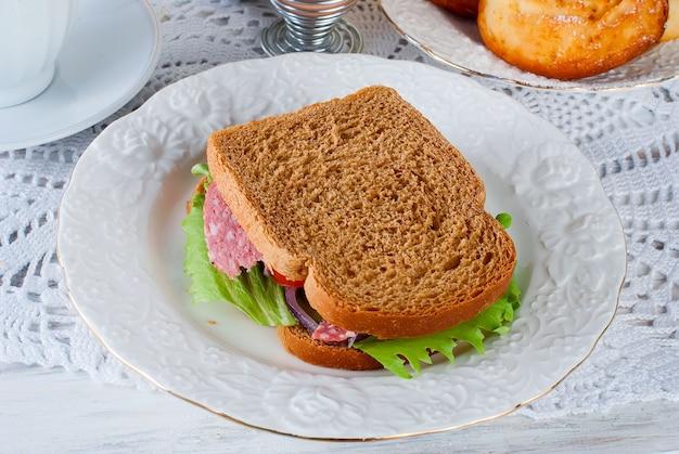 Pequeno-almoço saudável com sandviches, torradas, geléia e juce Foto Premium