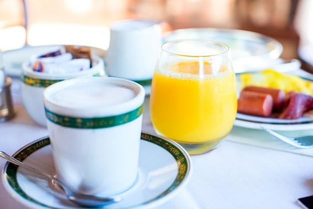 Pequeno-almoço saudável com suco fresco e doce croissant no resort ao ar livre ao ar livre Foto Premium