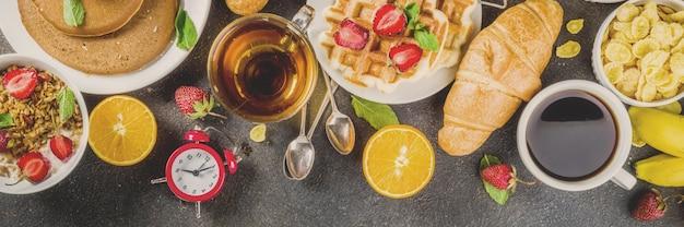 Pequeno-almoço saudável comer conceito, vários alimentos de manhã - panqueca Foto Premium