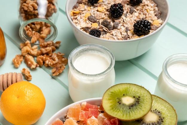 Pequeno-almoço saudável de close-up com muesli Foto gratuita