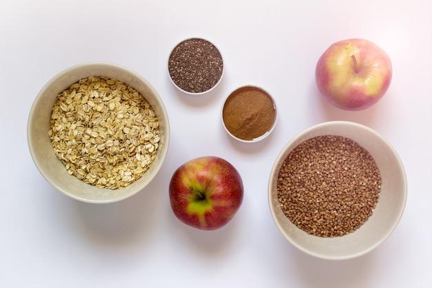 Pequeno-almoço saudável - maçãs, sementes de chia, canela, grãos Foto Premium