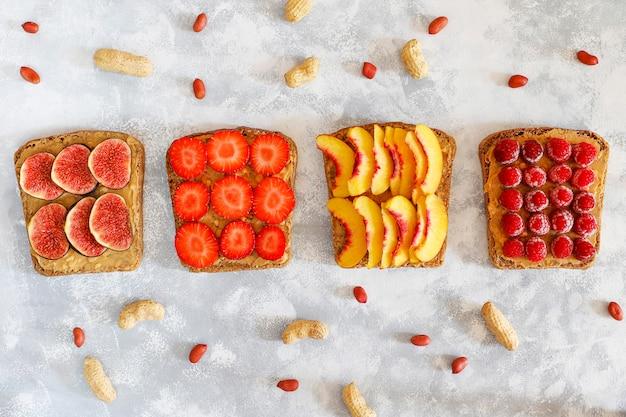Pequeno-almoço tradicional americano e europeu de verão: sanduíches de torradas com manteiga de amendoim, copie a vista superior Foto gratuita