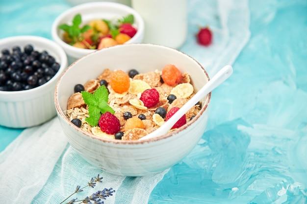 Pequeno-almoço vegetariano saudável. aveia, granola com framboesas Foto Premium