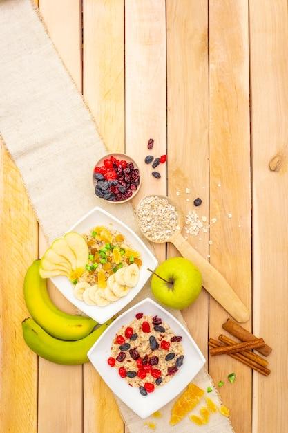 Pequeno-almoço vegetariano saudável com aveia e frutas Foto Premium