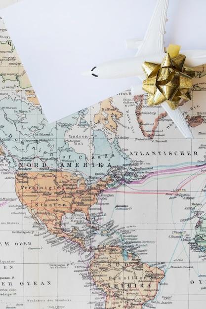 Pequeno avião no mapa do mundo Foto gratuita