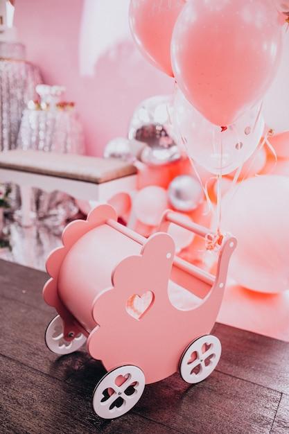 Pequeno brinquedo de madeira carrinho de bebê em uma festa de chá de bebê Foto gratuita